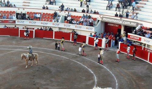 ¡Toreros salen con niños tomados de la mano a partir plaza en Aguascalientes!