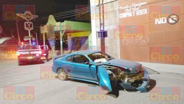 ¡2 jóvenes se salvaron de morir luego de estrellar su auto contra un poste en Sombrerete, Zacatecas!