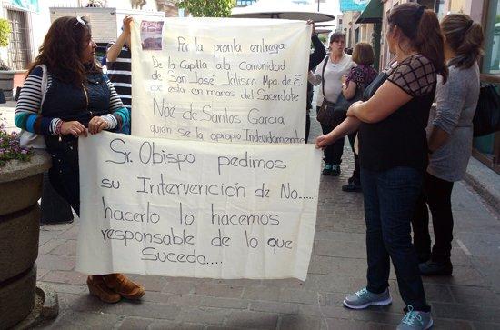 """¡Acusan a sacerdote de adueñarse de capilla para convertirla en spa en """"La Chona""""!"""