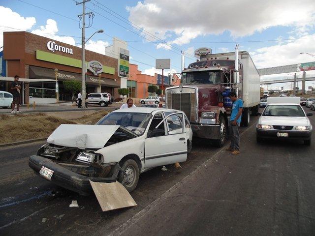 ¡Otra aparatosa carambola en V.N.S.A. en Aguascalientes dejó una mujer lesionada!