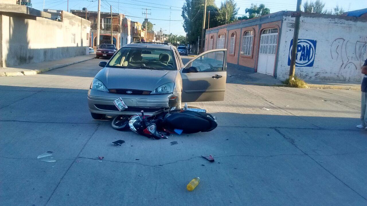 ¡Motociclista lesionado tras desigual choque contra un auto en Aguascalientes!
