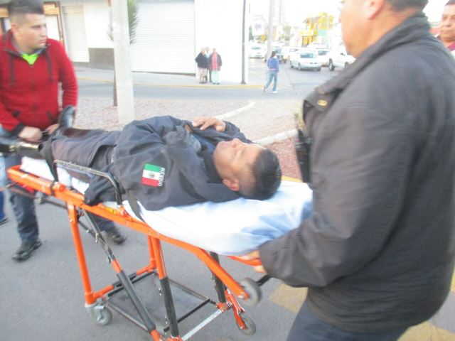 ¡Policía municipal lesionado tras desigual choque entre camioneta y motocicleta en Aguascalientes!