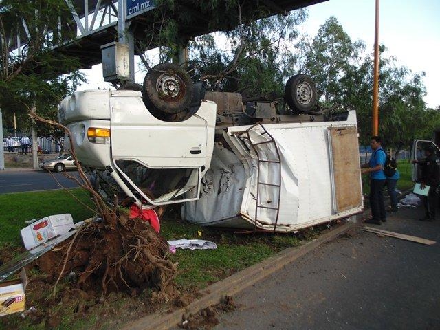 ¡Joven empleado se salvó de morir tras una volcadura en Aguascalientes!