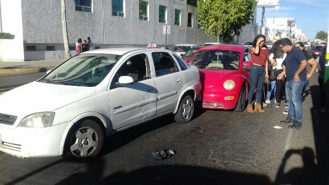 ¡Auto atropelló a un payasito de crucero y luego otros 2 vehículos chocaron por no arrollarlo en Aguascalientes!
