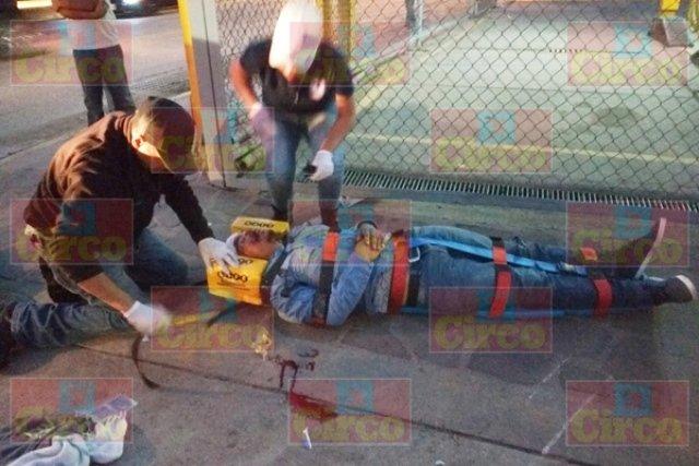 ¡2 motociclistas lesionados tras chocar contra un auto en Lagos de Moreno!