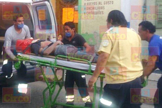 ¡Agoniza motociclista embestido por una camioneta en Lagos de Moreno!