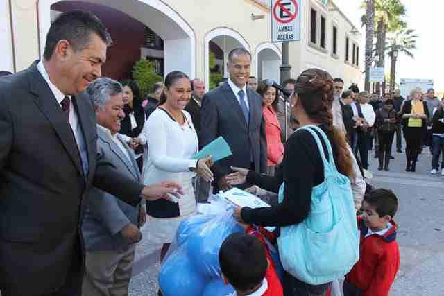 ¡Entrega Antonio Arámbula apoyos a escuelas de Jesús María!