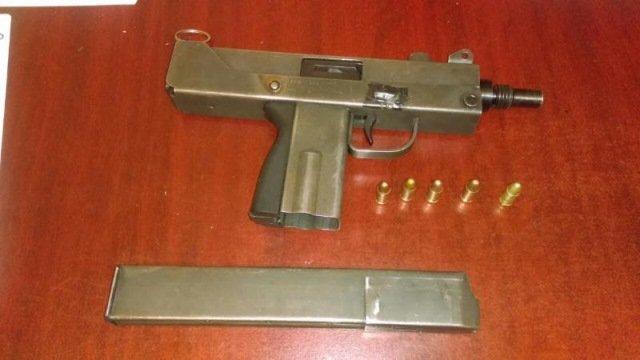¡La Policía Estatal Preventiva detuvo a dos sujetos con una subametralladora en Guadalupe, Zacatecas!