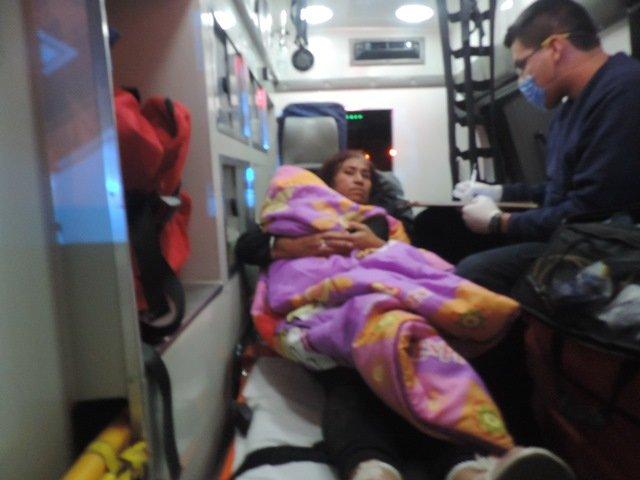 ¡Camioneta fue chocada por un tráiler y se estrelló contra una barrera de contención en Aguascalientes: 5 lesionados!