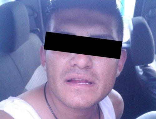 ¡Conducía un auto robado y tenía tres órdenes de aprehensión pendientes!