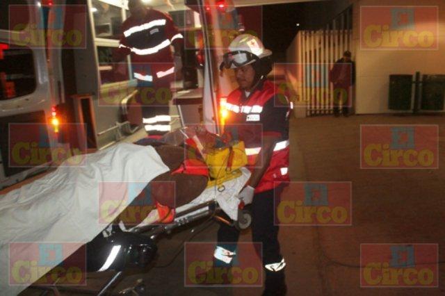 ¡Tráiler se volcó en Lagos de Moreno y el chofer resultó lesionado!