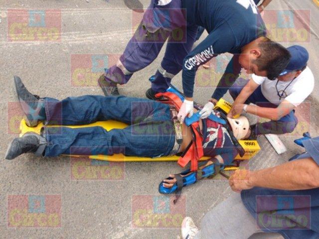 ¡Motociclista lesionado tras chocar contra una camioneta en Lagos de Moreno!