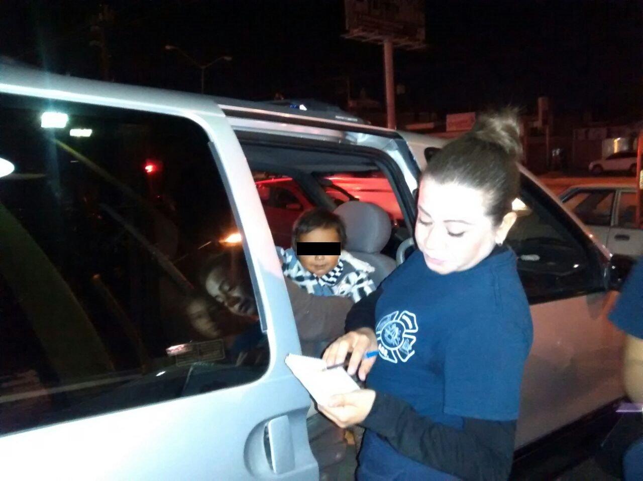 ¡Los bomberos rescataron a un niño que quedó encerrado en una camioneta en Aguascalientes!