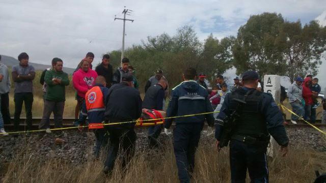 ¡El tren impactó un auto en Aguascalientes y dejó una niña muerta y a sus padres lesionados!
