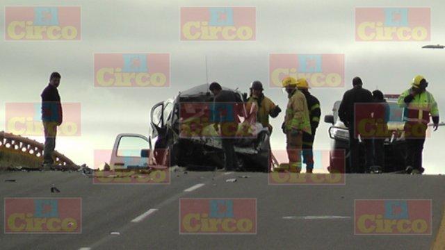 ¡Choque entre un auto y un tráiler dejó 2 jóvenes muertos en Fresnillo!