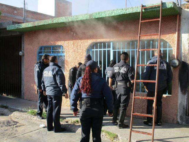 ¡Heroico rescate de policías municipales en Aguascalientes al sacar a una familia de una casa incendiada!