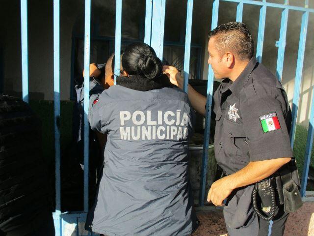 GALERIA/HEROICO RESCATE DE POLICÍAS MUNICIPALES EN AGUASCALIENTES AL SACAR A UNA FAMILIA DE UNA CASA INCENDIADA