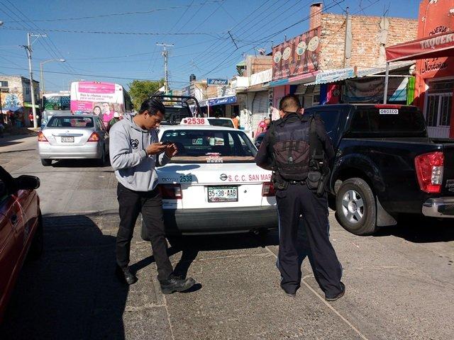 ¡3 sujetos asaltaron violentamente a un taxista en Aguascalientes y le robaron la liquidación!