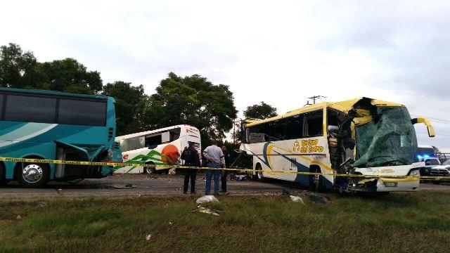 ¡Choque entre 3 autobuses y una camioneta dejó 2 muertos y 15 lesionados en Querétaro!