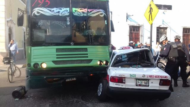 ¡Camión urbano embistió a un taxi en Aguascalientes y dejó saldo de 2 lesionados!