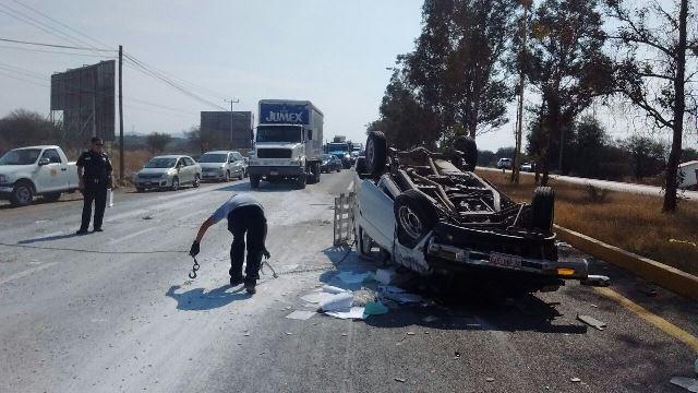 ¡Aparatosa volcadura de una camioneta en Aguascalientes dejó 2 lesionados!