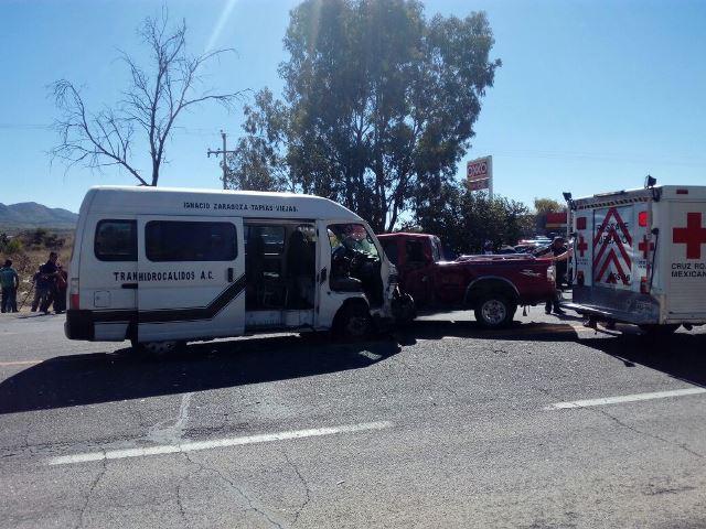 ¡Choque entre camioneta y combi de pasajeros dejó 4 lesionados en Aguascalientes!