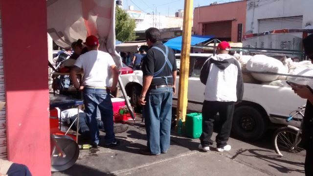 ¡Camioneta embistió un puesto de tacos callejero y arrolló a un comensal en Aguascalientes!