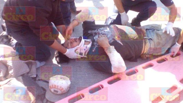 ¡2 adultos y 1 bebé lesionados tras ser embestidos en su motocicleta por un automóvil en Lagos de Moreno!