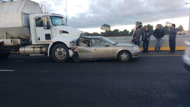 ¡Joven se salvó de morir en Aguascalientes: su auto fue chocado por otro y luego arrastrado por un tráiler!