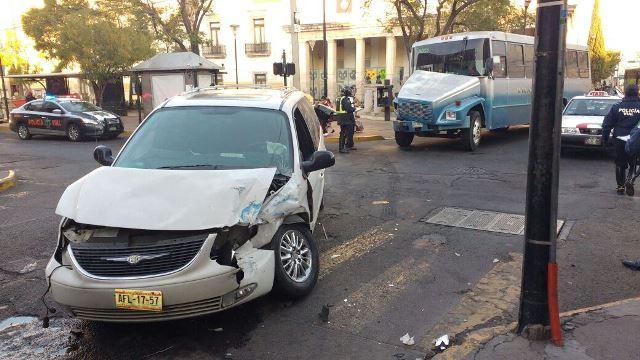 ¡Camión urbano protagonizó aparatoso choque contra una camioneta en Aguascalientes!