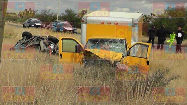 ¡Choque frontal entre 2 camionetas en Fresnillo dejó 1 muerto y 1 lesionado!