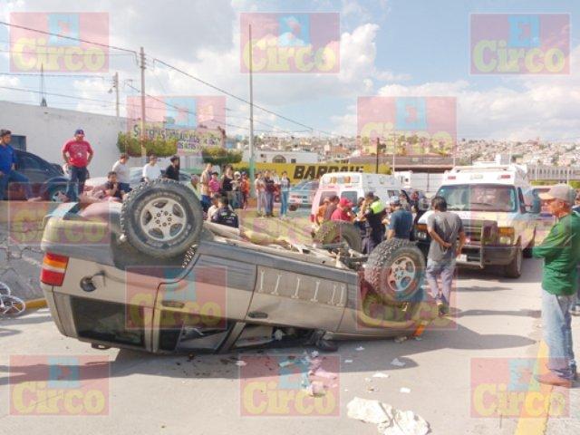 ¡6 lesionados dejó la volcadura de una camioneta en Lagos de Moreno!