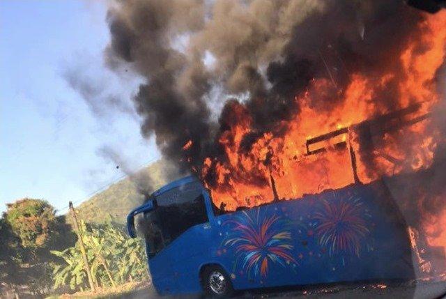 ¡Autobús con 47 aguascalentenses que iban a la playa se incendió en Colima!