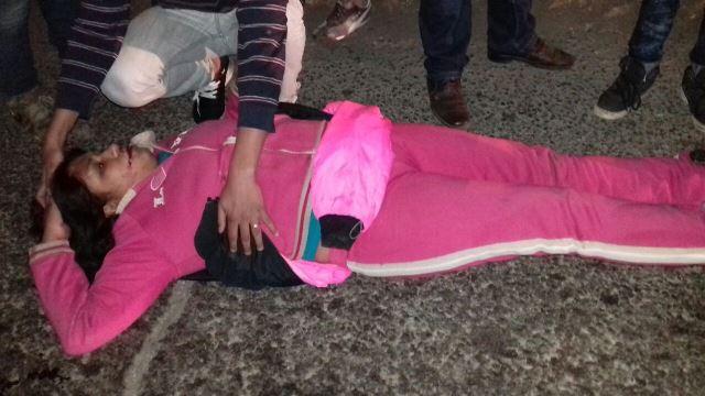 ¡Joven lesionada atropellada por un motociclista por ir hablando por celular en Aguascalientes!