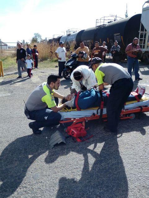 ¡Auto fue embestido por el tren en Aguascalientes: 1 lesionada!
