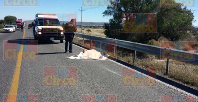 ¡Tráiler embistió a 2 motociclistas en Ojuelos: 1 muerto y 1 lesionada grave!