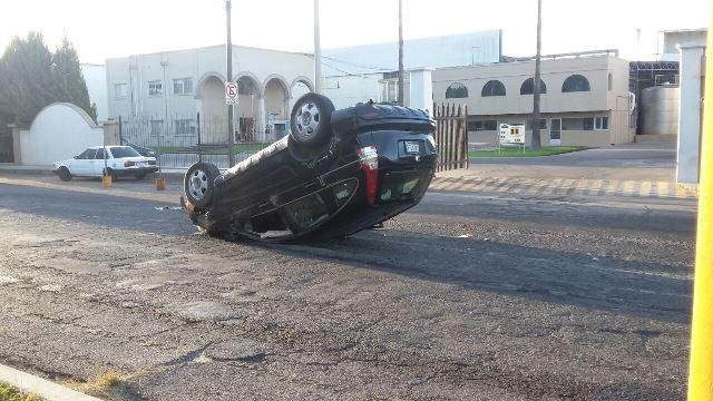 ¡Por los baches y el exceso de velocidad, un adulto mayor volcó su camioneta en Aguascalientes!