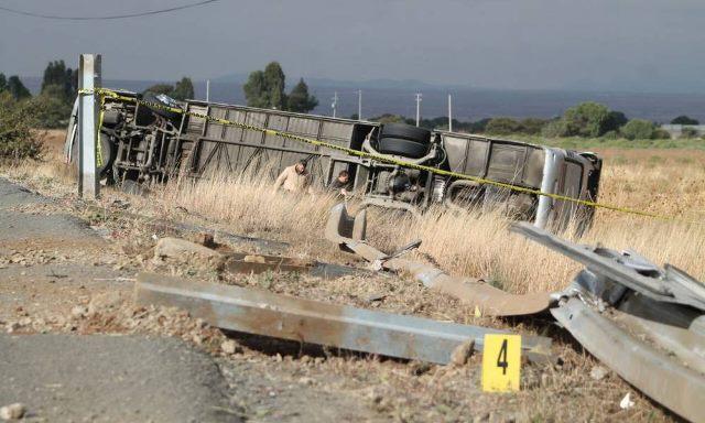 ¡6 muertos y 14 lesionados tras la volcadura de un autobús en Zacatecas!