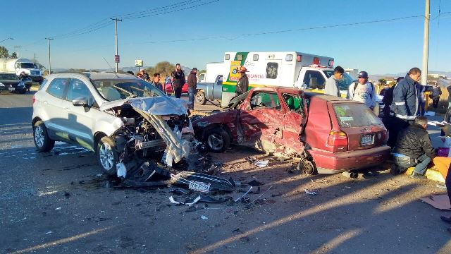 ¡5 lesionados tras aparatoso accidente tipo choque-volcadura en Aguascalientes!