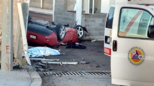 ¡Impresionante volcadura de un auto dejó 1 muerto y 1 lesionado grave en Aguascalientes!
