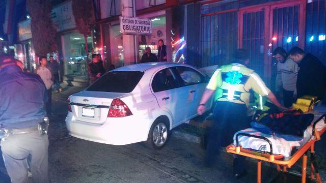 ¡Padre e hijo lesionados tras estrellar su auto contra un local comercial en Aguascalientes!