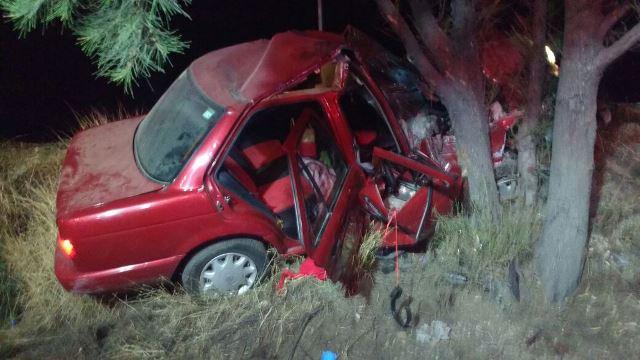 ¡3 lesionados en aparatoso accidente en Aguascalientes: auto chocó contra un árbol!