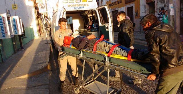 ¡2 motociclistas lesionados tras ser arrollados por un auto en Lagos de Moreno!