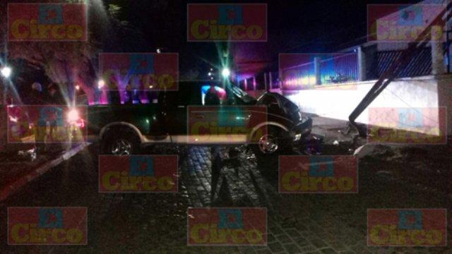 ¡Ladrón robó camioneta afuera de un antro en Lagos de Moreno y en la huida chocó!