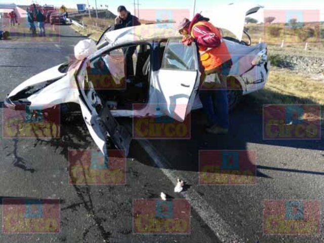 ¡4 lesionados tras impresionante volcadura-choque en Encarnación de Díaz!