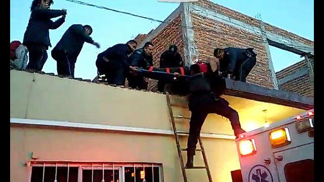¡Una mujer intentó suicidarse lanzándose desde lo alto de su casa en Aguascalientes!