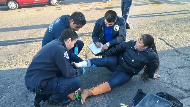 ¡Veloz automóvil arrolló a una mujer en Aguascalientes y la dejó lastimada!