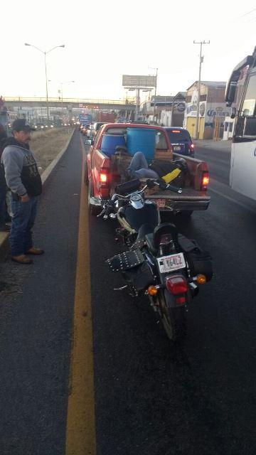¡Motociclista chocó contra una camioneta en Aguascalientes y resultó lesionado con una fractura!