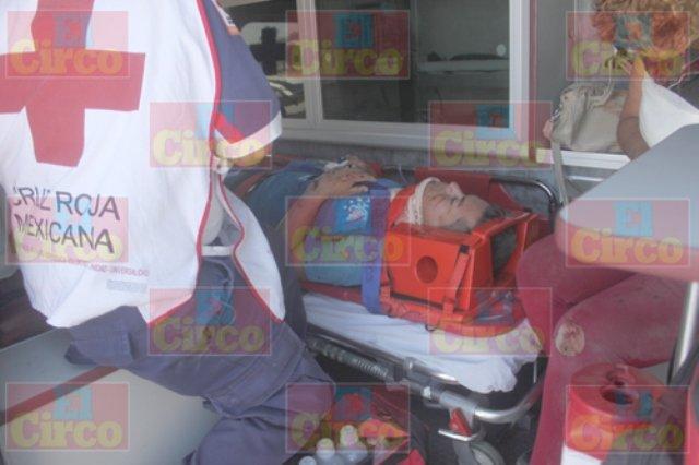 ¡Pareja de motociclistas lesionada tras ser embestida por una camioneta en Lagos de Moreno!