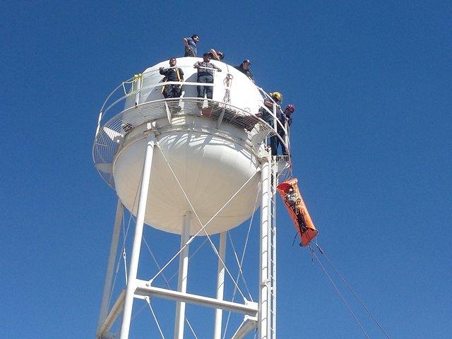 ¡Heroico rescate de 3 trabajadores que se intoxicaron en un tanque elevado en Aguascalientes!